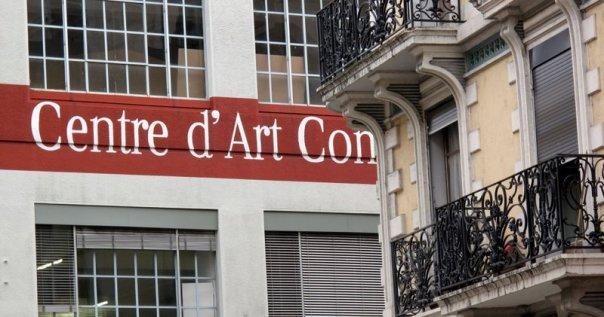 """Enseigne du Centre d'Art Contemporain de Genève. Le mot partiellement caché derière l'immeuble voisin. On lit donc """"Centre d'Art Con""""."""