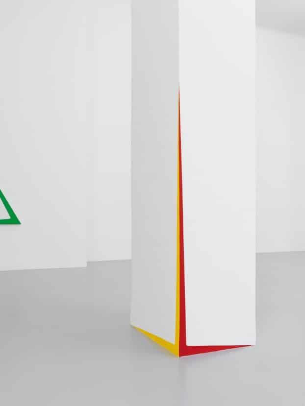 Pilier centrale de la galerie, avec touches de couleurs rappelant les toiles.