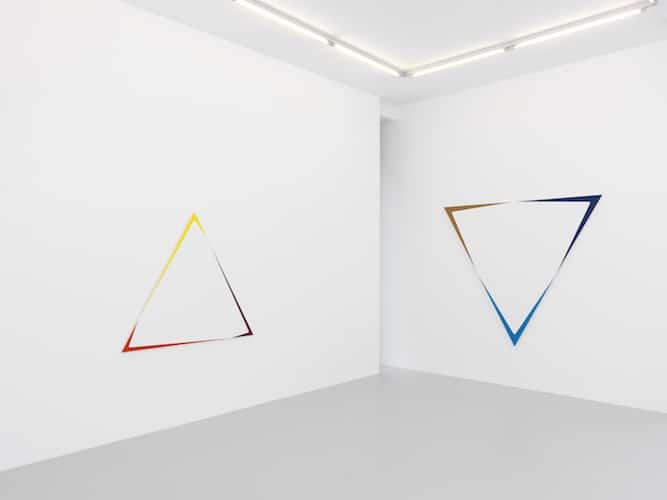 Toiles triangulaires à l'intérieur de la galerie.