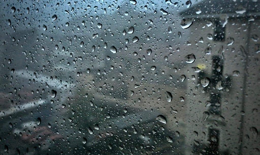 Fenêtre couverte de gouttes de pluies