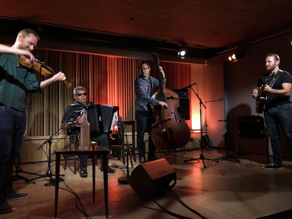 Le trio Nomadim avec l'invité Marcel Loeffler, sur la scène de l'Auberge des Vergers.